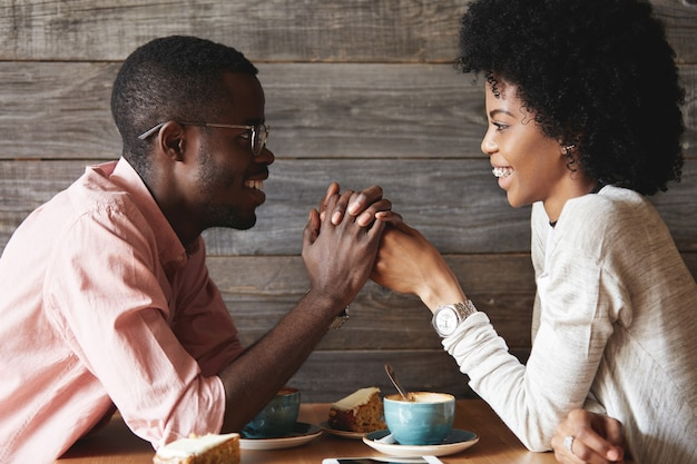 カフェに座っている若い男と女