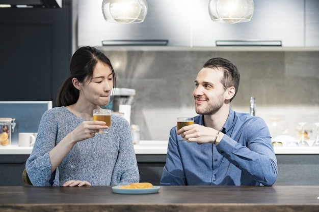 Молодой мужчина и женщина, тосты с пивом