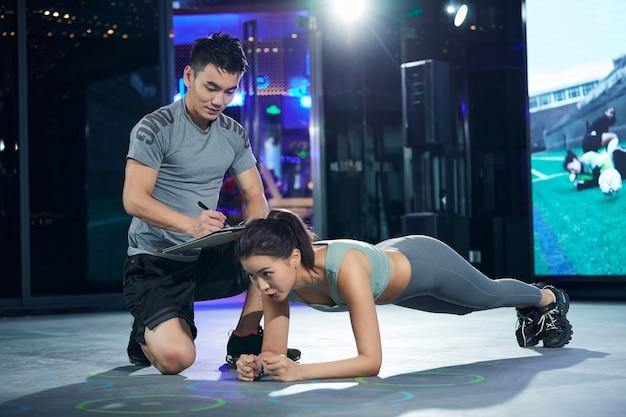 젊은 남자와여자가 체육관에서 훈련