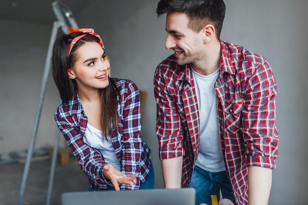 オンラインショッピングをしている間、若い男性と女性は不快に驚いた