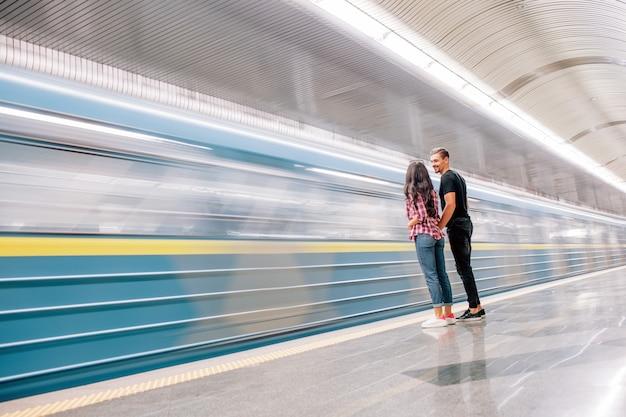 젊은 남자와 여자는 지하에서 사용합니다. 지하철에서