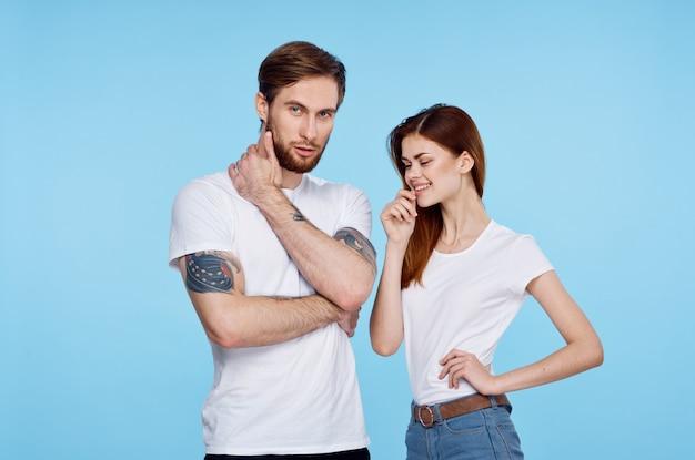 白いtシャツを着た若い男女がポーズをとっている