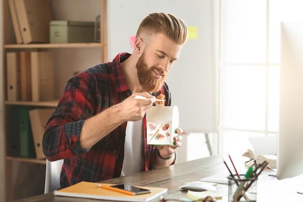 Молодой человек-архитектор, работающий в офисе