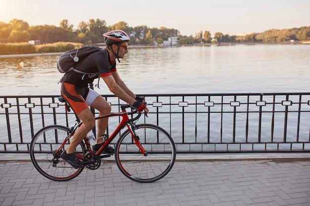 젊은 남자는 저녁에 자전거 도로 자전거