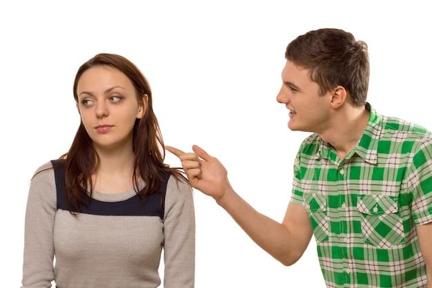 若い男が彼のガール フレンドと口論