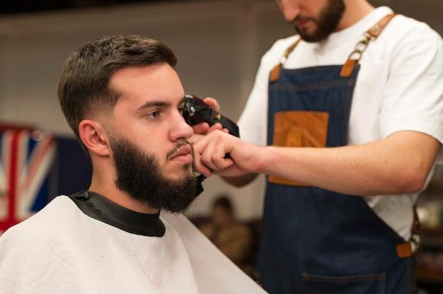 散髪をする床屋の若い男