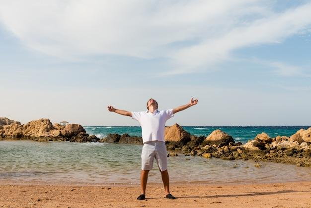 해변에서 젊은 남자