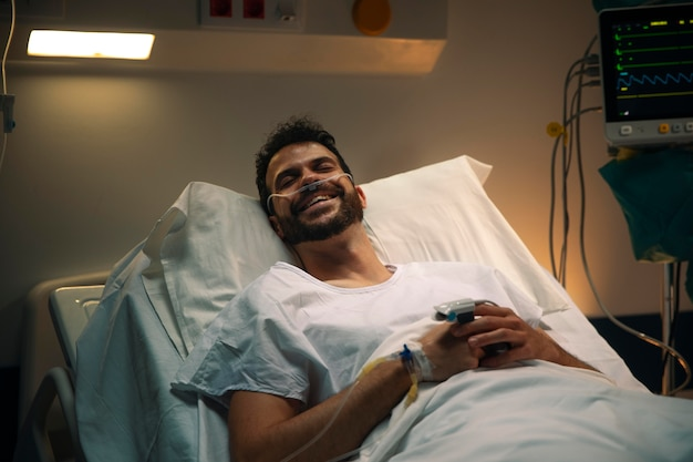 Молодой человек болеет на больничной койке