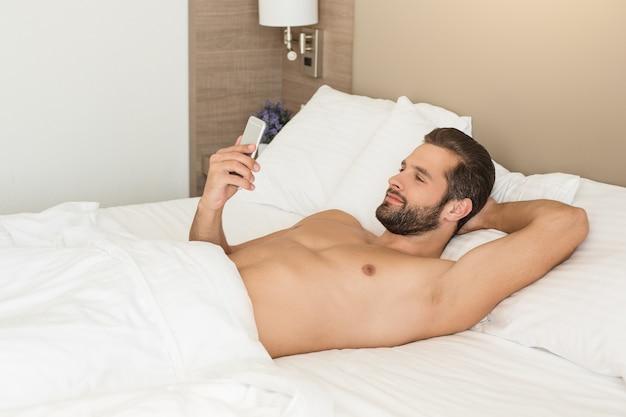 Молодой человек, деловой путешественник, проживание в гостиничном номере