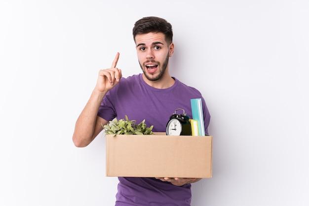 箱を運ぶ若い男