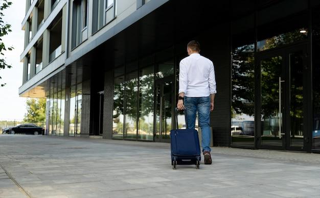 荷物を運ぶ若い男