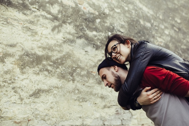 Молодой человек, несущий свою подругу на спине