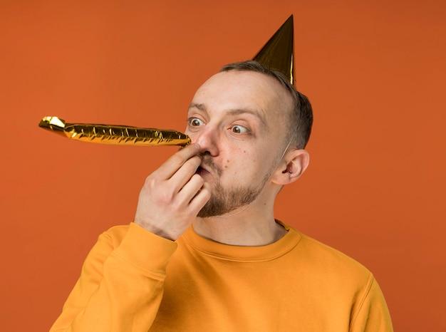 彼の誕生日を祝う若い男