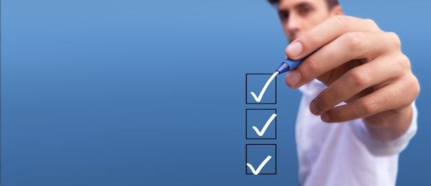 青の背景に3つのオプションのリストとボックスをチェックする若い男チェックリストは標識をマークします