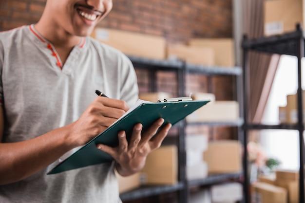 Молодой человек, проверка пакетов с буфером обмена