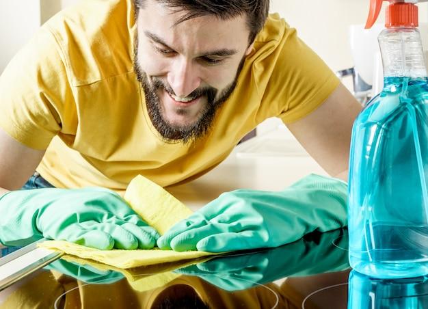 若い男クリーニングモダンなキッチン