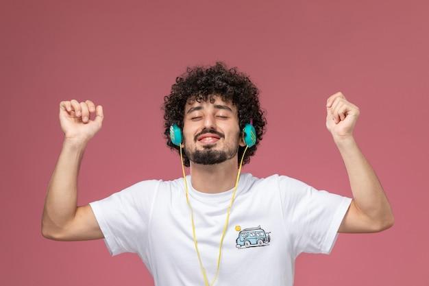 Giovane uomo chiudendo gli occhi e godersi la musica
