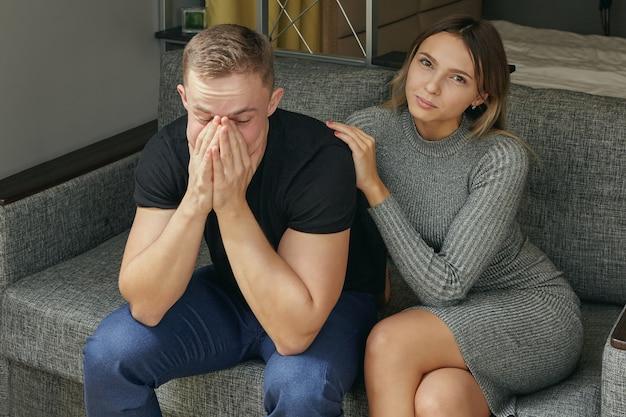 젊은 남자는 여자 친구에게 불면증에 대해 불평합니다.