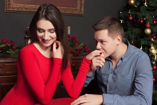 若い男は美しい女性への彼の愛を告白します