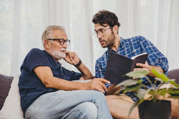 집에서 은퇴한 노인과 함께 교과서에 있는 청년 컨설팅 비즈니스 프로젝트 또는 교육 강의 내용