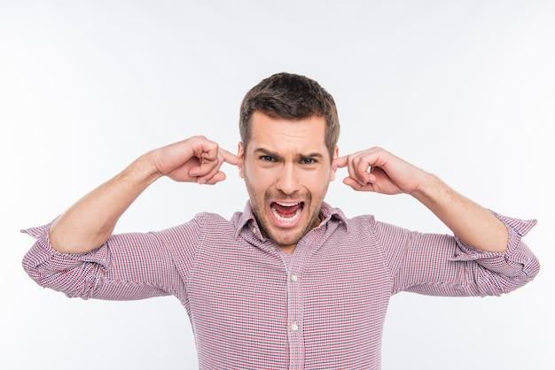 Молодой человек закрыл уши и кричал