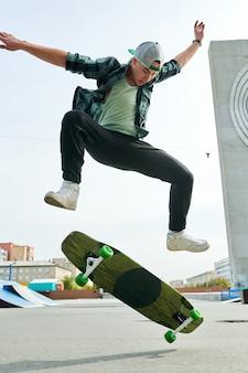 Молодой человек делает трюки на коньках