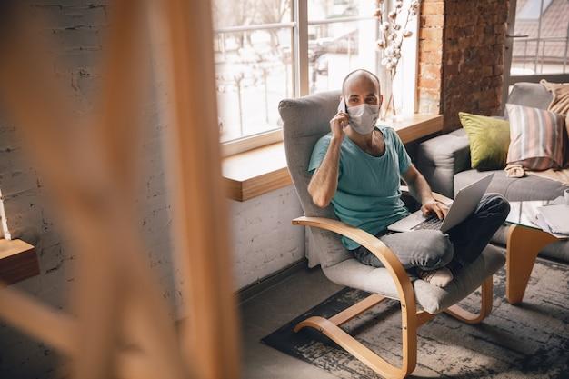 Giovane che fa yoga a casa mentre è in quarantena e lavora come freelance