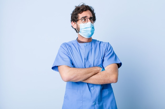 若い男が疑っているか、考えて、唇をかむと不安と緊張を感じ、側のスペースをコピーしようとしています。コロナウイルスの概念