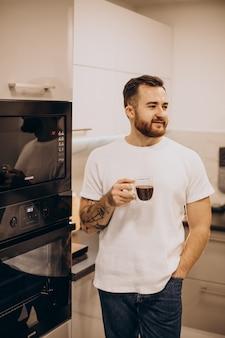 집에서 커피를 마시는 젊은 남자