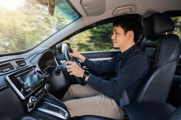 차를 운전하는 청년