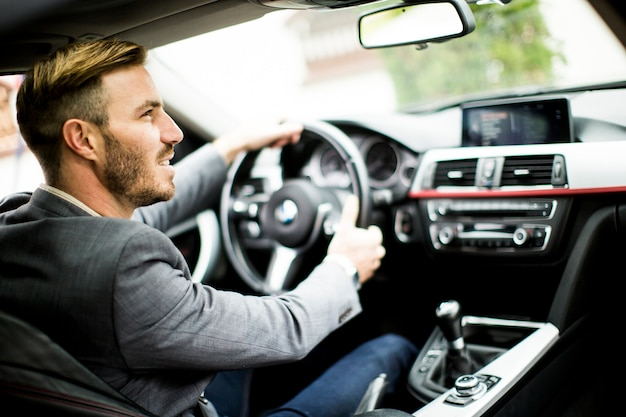 현대 자동차를 운전하는 젊은 남자.