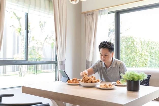 家で食べる若い男