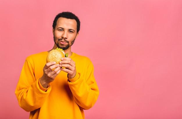 젊은 사람이 먹는 햄버거 핑크 이상 격리