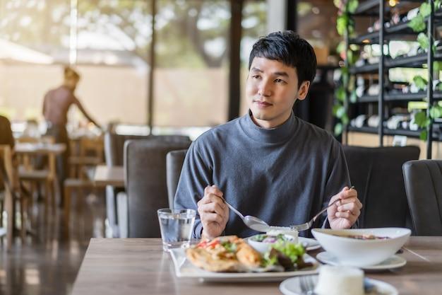 레스토랑에서 음식을 먹는 젊은 남자