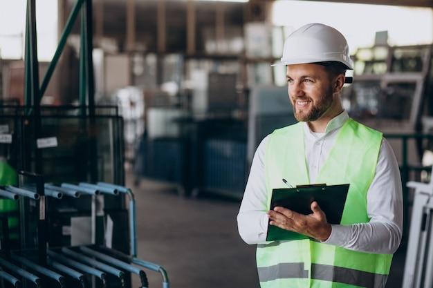 Молодой человек-инженер, работающий на заводе