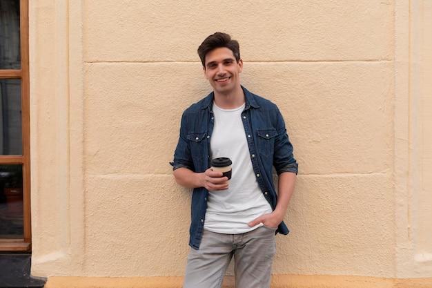 一杯のコーヒーを楽しんでいる若い男