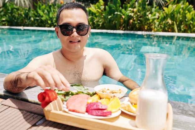朝食を楽しむ若い男