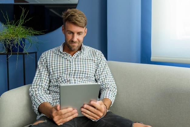 Молодой человек пользуется новыми технологиями