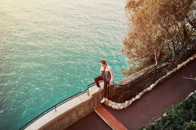 フレンチリビエラのモンテカルロにある王子の宮殿からパノラマの景色を楽しむ若い男