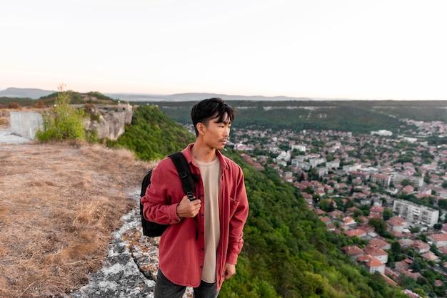 Молодой человек, наслаждаясь пейзажем