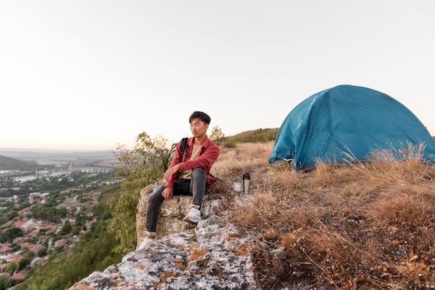 Молодой человек наслаждается временем на природе