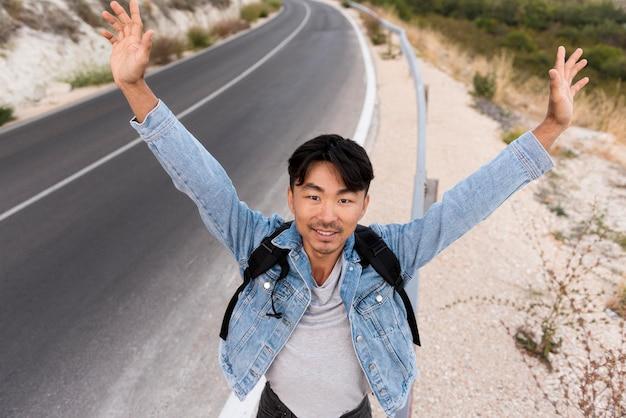 旅行を楽しんでいる若い男