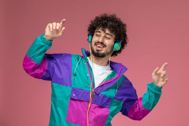 彼の新しいジャケットで楽しんでいる若い男
