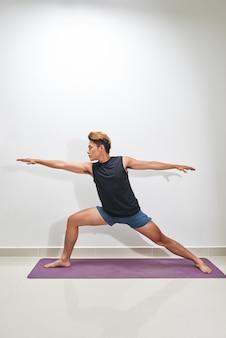 운동 매트, 실내에서 운동하는 젊은 남자