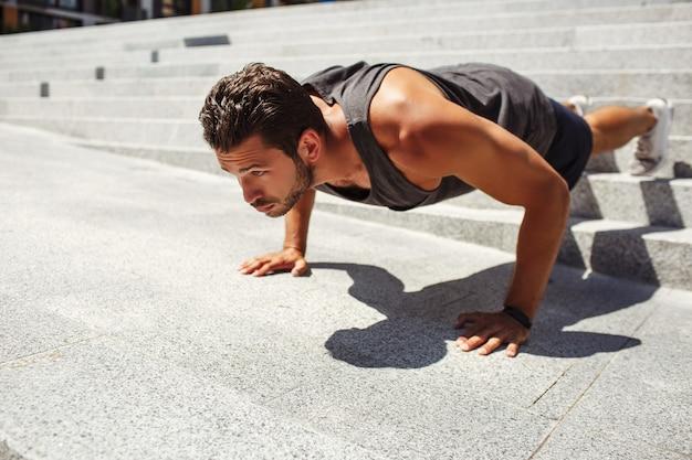 外で運動する若い男