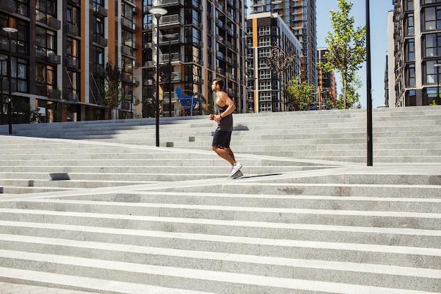 Молодой человек тренируется на улице