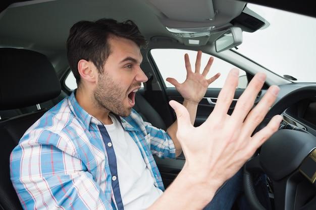 若い男が道路怒りを経験する
