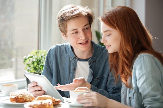 若い男が彼の友人にレッスンを説明