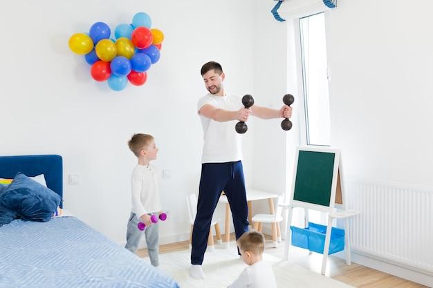 그의 두 어린 아들과 함께 아침 운동을 하 고 젊은 남자 아버지. 보육원에서 함께 시간 보내기
