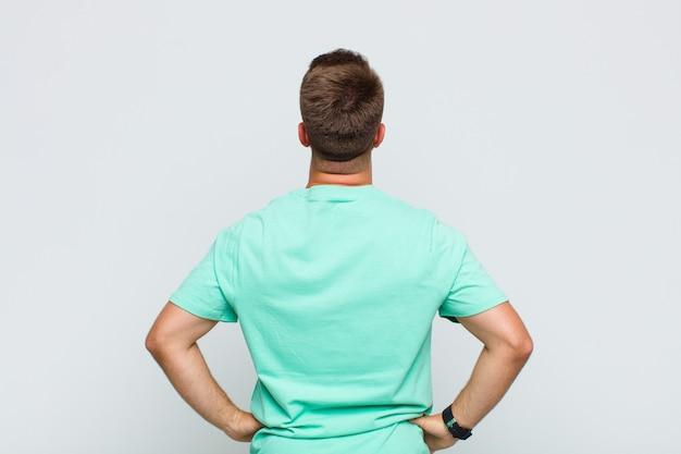 混乱したり、満腹になったり、疑問や質問を感じたり、疑問に思ったり、腰に手を当てたり、背面図